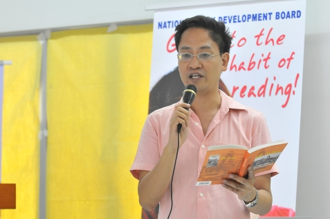 danton-remoto-reads-from-rio-almas-mga-biyahe-mga-estasyon-which-was-launched-with-tulaan-sa-tren1